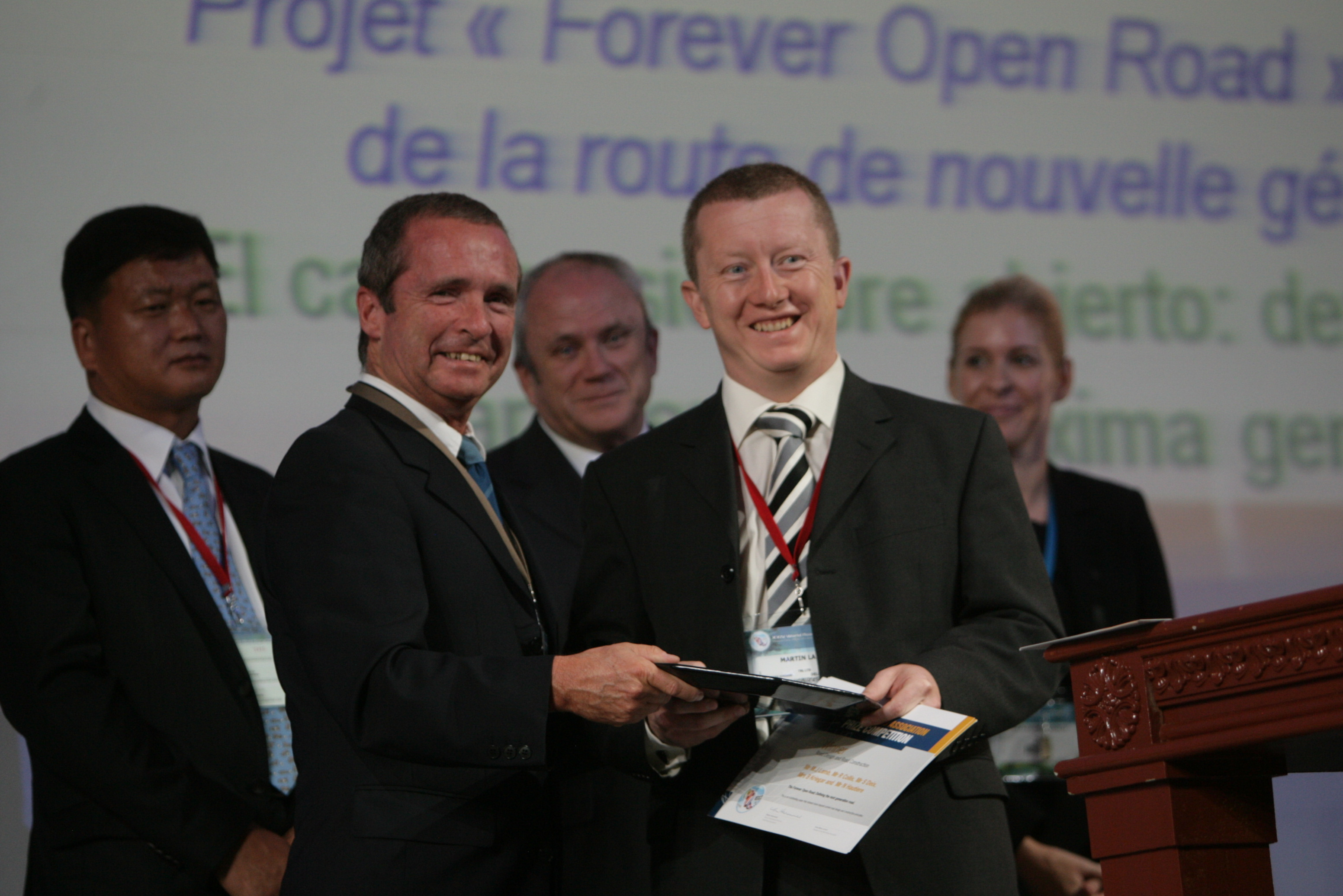 Martin Lamb receiving the prize from BRRC Director-General Claude Van Rooten