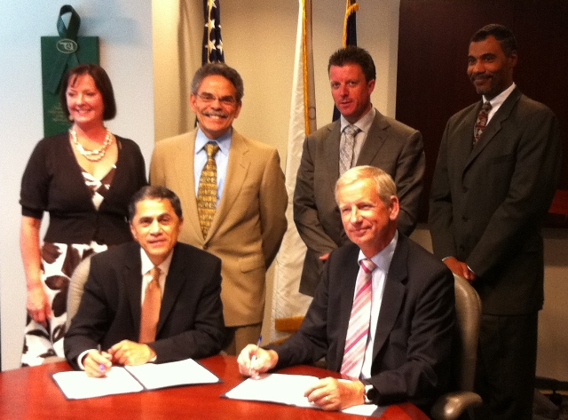signing of FEHRL-FHWA Memorandum of Cooperation by Victor Mendez and Joris Al